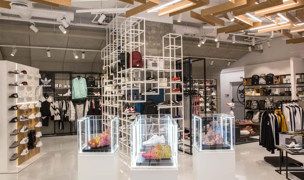 e156603da392 Γι αυτό το λόγο το νέο κατάστημα SNEAKER CAGE είναι άκρως ανατρεπτικό και  συνδυάζει το στυλ με την τέχνη.